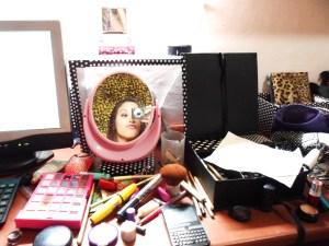 baguncinha na escrivaninha/penteadeira pra gravar os videos,hehe